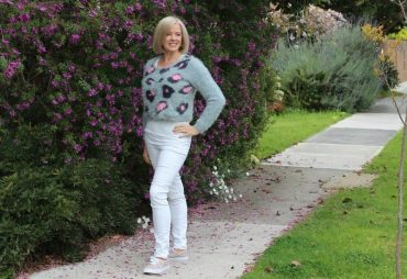Casual style inspiration and how to wear a cropped sweater if you don't have a waist